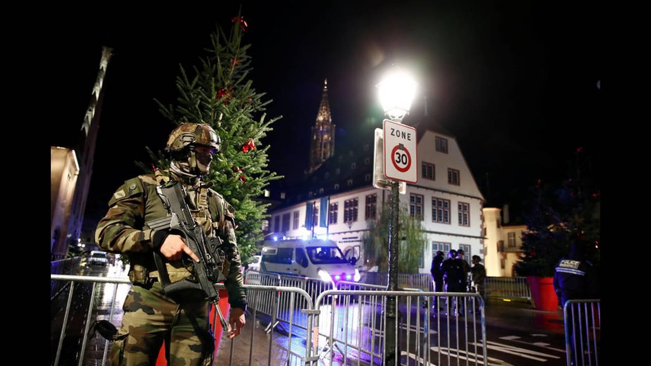 https://cdn.cnngreece.gr/media/news/2018/12/12/158055/photos/snapshot/2018-12-11T222541Z_415863910_RC1F92066640_RTRMADP_3_FRANCE-SHOTS.jpg