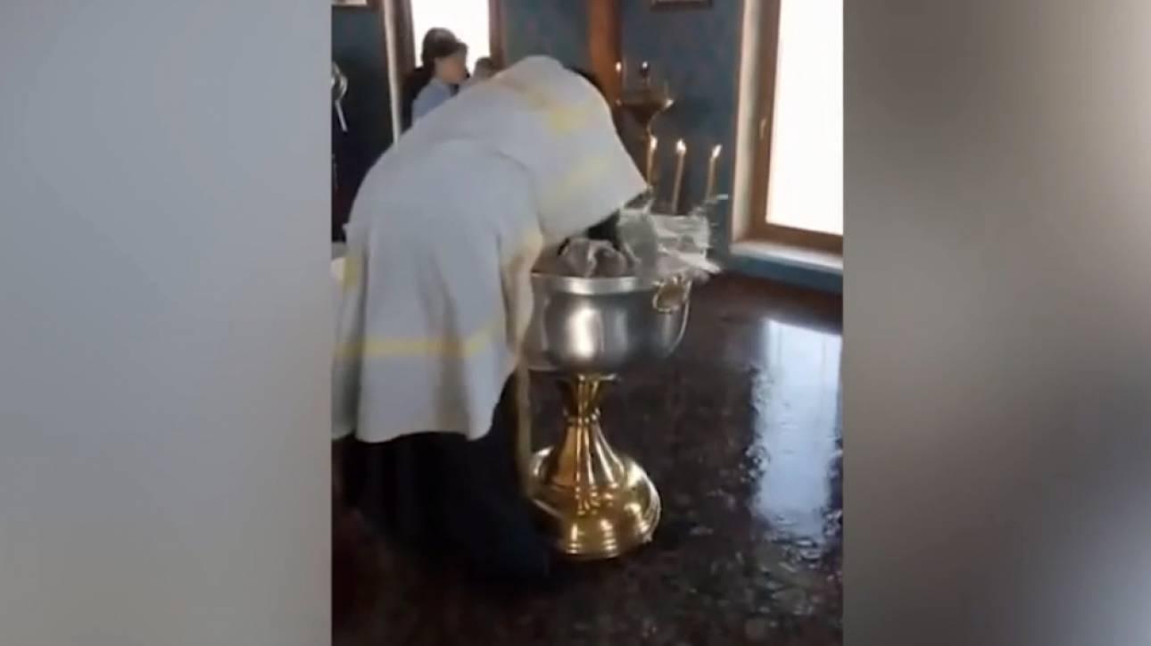 Οργή στη Ρωσία: Ιερέας κακοποιεί κοριτσάκι την ώρα της βάφτισης για να βγει ο Σατανάς από μέσα του