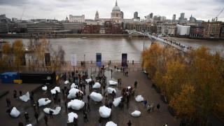 «Ice Watch»: Πάγοι απ' τη Γροιλανδία λιώνουν στο Λονδίνο