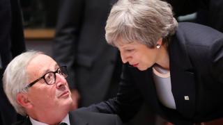 Brexit: Οργισμένη η Μέι, τα «ψάλλει» στον Γιούνκερ στη Σύνοδο Κορυφής