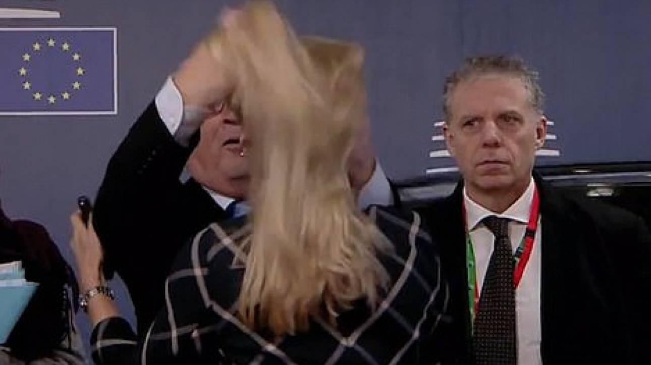 Ο Γιούνκερ «αναμαλλιάζει» αξιωματούχο των Βρυξελλών και τα social media οργιάζουν