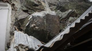 Νέα κατολίσθηση στη Μυτιλήνη: Δρόμος κόπηκε στα δύο στο Πλωμάρι (pic&vid)