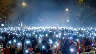 Βουδαπέστη: Μαζική διαδήλωση κατά Ορμπάν και του «νόμου των σκλάβων»