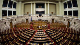 Ανεβαίνουν οι τόνοι στη Βουλή: Φραστικά «πυρά» και κόντρες μεταξύ κυβέρνησης -ΝΔ