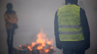 Χάος ξανά στη Γαλλία: «Κίτρινα γιλέκα» πυρπόλησαν διόδια - Η Βουλή «πάγωσε» το φόρο στα καύσιμα