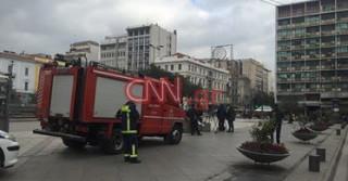 Άνδρας ανέβηκε στο γλυπτό της πλατείας Ομονοίας και απειλεί να πέσει