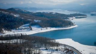 Η λίμνη Πλαστήρα «ντύθηκε» στα λευκά και είναι σαγηνευτική