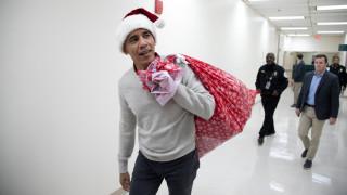 Ο Μπαράκ Ομπάμα ντύθηκε Άγιος Βασίλης και μοίρασε δώρα σε νοσοκομείο παίδων