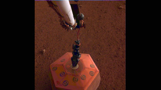 Το InSight της NASA τοποθέτησε τον πρώτο σεισμογράφο στον Άρη