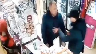 Σοκαριστικό βίντεο: Γρονθοκόπησε μέχρι θανάτου πελάτη επειδή τον καθυστερούσε στην ουρά