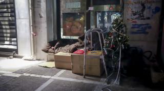 Άστεγος καταγγέλλει ότι δημοτικός υπάλληλος του πέταξε το χριστουγεννιάτικο δέντρο