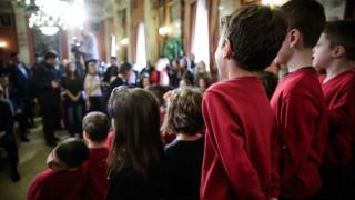 Ο Παυλόπουλος υποδέχτηκε προσφυγόπουλα στη Βουλή: Η Ελλάδα σάς θεωρεί παιδιά της
