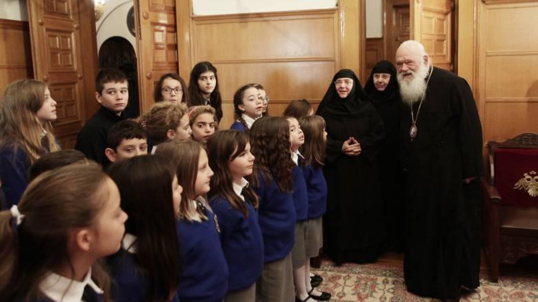 Χριστουγεννιάτικα κάλαντα στον αρχιεπίσκοπο Ιερώνυμο