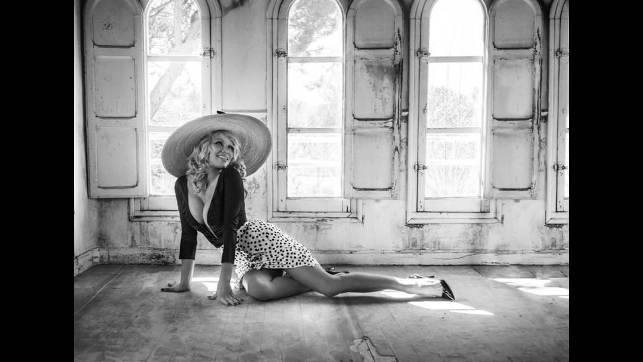 https://cdn.cnngreece.gr/media/news/2018/12/21/159172/photos/snapshot/Pamela-Anderson-Fashion-Shoot06.jpg