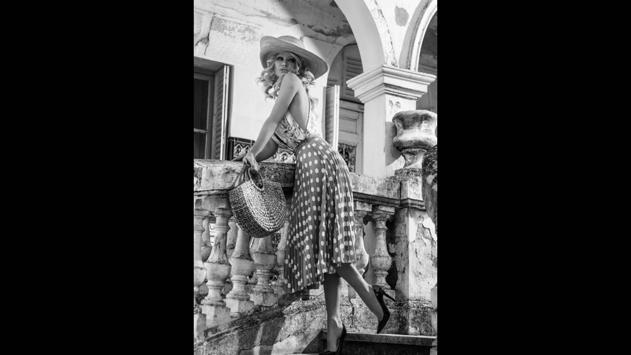 https://cdn.cnngreece.gr/media/news/2018/12/21/159172/photos/snapshot/Pamela-Anderson-Fashion-Shoot07.jpg
