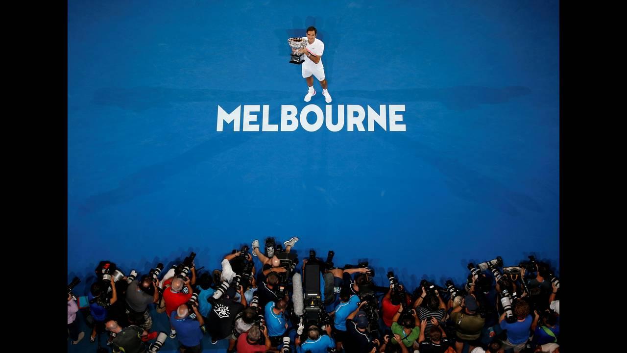 Ο Ελβετός τενίστας Ρότζερ Φέντερερ επέστρεψε στους τίτλους κατακτώντας το Αυστραλιανό Όπεν, το οποίο ήταν το 20ο γκραν σλαμ της καριέρας του. Ποζάρει με το τρόπαιο μετά τον τελικό με τον Κροάτη Μάριν Τσίλιτς, επιβεβαιώνοντας πως παραμένει ο «βασιλιάς» παρ