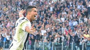 Ο τρίτος σερί τίτλος της Ρεάλ Μαδρίτης στο Champions League δεν ήταν αρκετός για να πείσει τον Κριστιάνο Ρονάλντο να μην μετακομίσει στο Τορίνο. Ο Πορτογάλος διεθνής αγωνίζεται πλέον με τη φανέλα της Γιουβέντους και στη φωτογραφία αποτυπώνεται να πανηγυρί