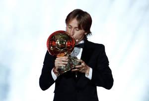 Ο Κροάτης Λούκα Μόντριτς, μετά από μία εκπληκτική χρονιά σε επίπεδο συλλόγων και εθνικής, αναδείχθηκε νικητής της Χρυσής Μπάλας, σπάζοντας την 11ετη κυριαρχία των Λιονέλ Μέσι και Κριστιάνο Ρονάλντο. Ο Μόντριτς οδήγησε την εθνική του ομάδα στον τελικό του