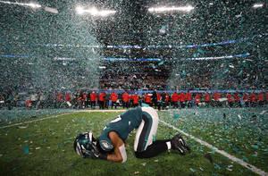 Ο παίκτης των Φιλαδέλφεια Ίγκλς, Πάτρικ Ρόμπινσον, πανηγυρίζει την κατάκτηση του Super Bowl, μετά τον αγώνα με τους Νιού Ίνγκλαντ Πάτριοτς στο Bank Stadium. 4 Φεβρουαρίου 2018.