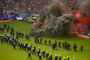 Πρωτοφανείς, για τα γερμανικά γήπεδα, ήταν οι σκηνές που εκτυλίχθηκαν στον αγώνα του Αμβούργου με την Μπορούσια Γκλάντμπαχ. Το Αμβούργο αποκλείστηκε για πρώτη φορά στην ιστορία του από την πρώτη εθνική κατηγορία, με τους οπαδούς του να αντιδρούν οργισμένα