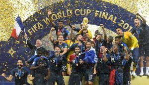 Υπό καταρρακτώδη βροχή και «λουσμένοι» στα κονφετί οι Γάλλοι διεθνείς ποδοσφαιριστές πανηγυρίζουν την κατάκτηση του Παγκοσμίου Κυπέλλου Ποδοσφαίρου μετά τη νίκη στον τελικό επί της Κροατίας. 15 Ιουλίου 2018.