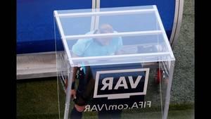 Virtual Assistant Referee (VAR). Το Παγκόσμιο Πρωτάθλημα της Ρωσίας υιοθέτησε τη τεχνολογία, αποδυναμώνοντας τον ανθρώπινο παράγοντα, που στο παρελθόν έχει κρίνει πολλές αναμετρήσεις – ακόμη και τίτλους. Το VAR έγινε πολύτιμο εργαλείο στα χέρια των ρέφερι