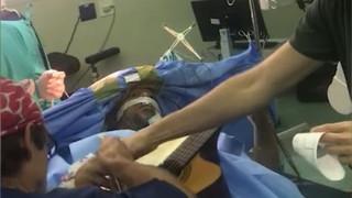 Έπαιζε κιθάρα ενώ οι χειρουργοί τού αφαιρούσαν όγκο από τον εγκέφαλο