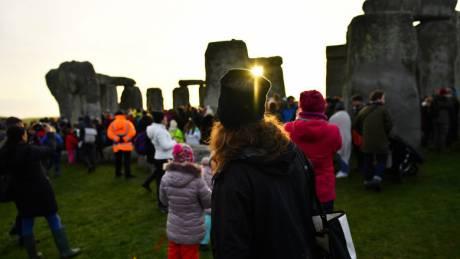 Χειμερινό ηλιοστάσιο: Χιλιάδες παρακολούθησαν την πρώτη ανατολή από το Στόουνχεντζ