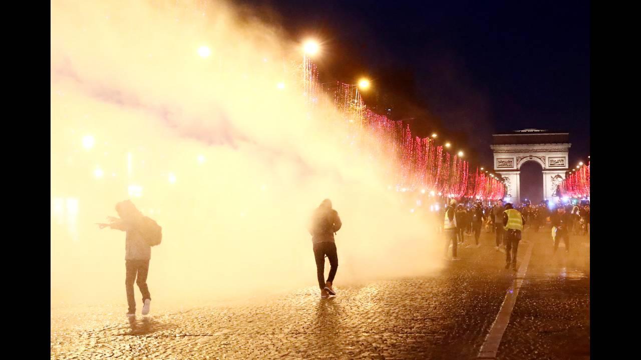 https://cdn.cnngreece.gr/media/news/2018/12/22/159313/photos/snapshot/2018-12-22T164941Z_1836615610_RC13BC5C79D0_RTRMADP_3_FRANCE-PROTESTS.JPG