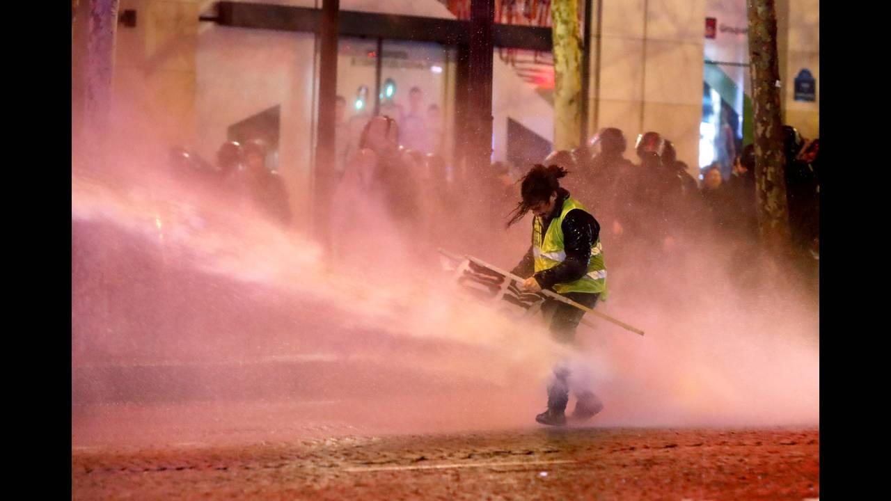 https://cdn.cnngreece.gr/media/news/2018/12/22/159313/photos/snapshot/2018-12-22T165942Z_1398520478_RC173E6250F0_RTRMADP_3_FRANCE-PROTESTS.JPG
