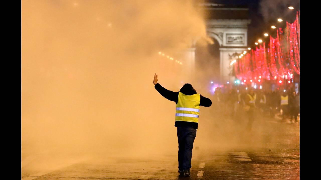 https://cdn.cnngreece.gr/media/news/2018/12/22/159313/photos/snapshot/2018-12-22T170334Z_167098527_RC1F412C58F0_RTRMADP_3_FRANCE-PROTESTS.JPG