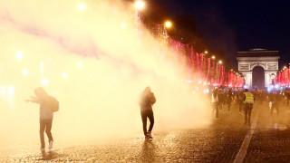 Επεισόδια στο Παρίσι: Αστυνομικός σημαδεύει με όπλο τα «κίτρινα γιλέκα»