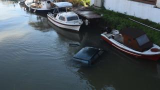 Απίστευτο ατύχημα στην Αργολίδα: Αυτοκίνητο «πέταξε» πάνω από βάρκες και έπεσε στο ποτάμι