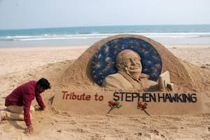 Καλλιτέχνης άμμου τιμά τον Στίβεν Χόκινγκ με τον δικό του τρόπο. Ο μεγάλος επιστήμονας «έφυγε» από τη ζωή στις 14 Μαρτίου του 2018, στην ηλικία των 76.