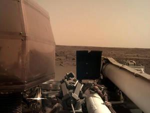 Μία από τις πρώτες φωτογραφίες του InSight από την προσεδάφισή του στον Κόκκινο Πλανήτη στις 26 Νοεμβρίου.