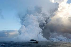 Τουρίστες παρακολουθούν τη στιγμή που η λάβα του ηφαιστείου Κιλαουέα «εισβάλλει» στον Ειρηνικό ωκεανό.