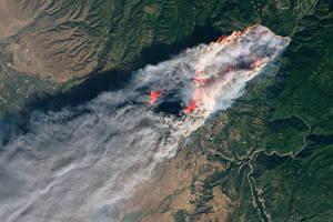 Εντυπωσιακές και ταυτόχρονα συγκλονιστικές εικόνες από την ανεξέλεγκτη πυρκαγιά που έκαψε την Καλιφόρνια.
