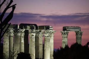 Οι Στύλοι του Ολυμπίου Διός το σούρουπο.