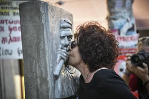 Η Μάγδα Φύσσα στο μνημείο του γιου της, Παύλου, πέντε χρόνια μετά τη δολοφονία του από το μαχαίρι του χρυσαυγίτη, Γιώργου Ρουπακιά.