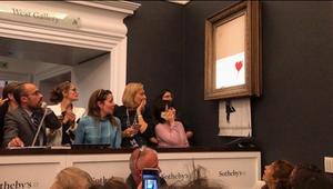 Ο Banksy κατέστρεψε έναν από τους διασημότερους πίνακές του, μπροστά στα έκπληκτα μάτια όσων βρέθηκαν στην δημοπρασία του οίκου Sotheby's και προς μεγάλη απογοήτευση αυτού που έδωσε περισσότερο από ένα εκατομμύριο λίρες για την απόκτησή του.