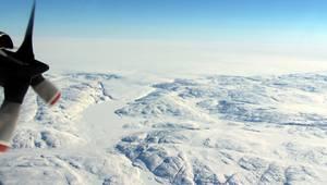 Ανακαλύφθηκε κάτω από τους πάγους της βόρειας Γροιλανδίας ένας τεράστιος κρατήρας διαμέτρου τουλάχιστον 31 χιλιομέτρων - με έκταση μεγαλύτερη από εκείνη του λεκανοπεδίου Αττικής ή του Παρισιού - ο οποίος προκλήθηκε από την πτώση μετεωρίτη διαμέτρου ενός χ