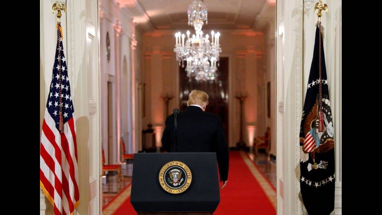 https://cdn.cnngreece.gr/media/news/2018/12/23/159413/photos/snapshot/2018-11-07T184235Z_1434925707_RC19624FBE50_RTRMADP_3_USA-ELECTION-TRUMP.jpg