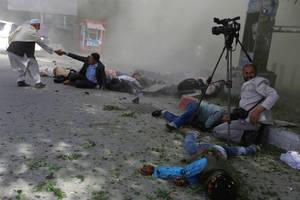Αφγανοί δημοσιογράφοι έπεσαν θύματα μιας τρομοκρατικής επίθεσης στην Καμπούλ του Αφγανιστάν. Από την έκρηξη σκοτώθηκαν εννέα ρεπόρτερ, φωτογράφοι και κάμεραμαν. (30 Απριλίου 2018).