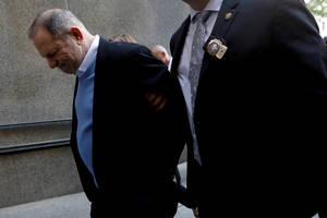 Η κατάρρευση ενός «θρύλου» του Χόλιγουντ. Ο παραγωγός Χάρβεϊ Γουάινστιν οδηγείται σε δικαστήριο στο Μανχάταν κατηγορούμενος για σεξουαλικές επιθέσεις και κακοποιήσεις. (25 Μαϊου 2018).