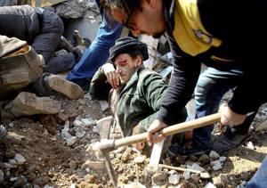 Ένας άνδρας είναι μισο θαμμένος στα ερείπια ενός κτηρίου της πόλης Σαμπντά κοντά στη Γκούτα της Συρίας, έπειτα από αεροπορική επιδρομή. (9 Ιανουαρίου 2018)