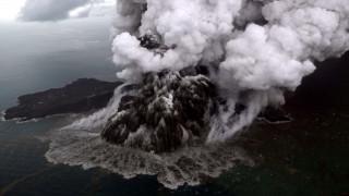 Βίντεο που κόβει την ανάσα: Η στιγμή της έκρηξης του ηφαιστείου που προκάλεσε το φονικό τσουνάμι