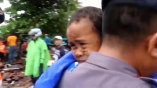 «Θαύμα» στα συντρίμμια της Ινδονησίας: Πεντάχρονος ανασύρθηκε ζωντανός 12 ώρες μετά το τσουνάμι