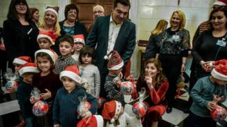 Χριστούγεννα 2018: «Πλημμύρισε» από παιδικές φωνές το Μαξίμου – Τα κάλαντα στο ζεύγος Τσίπρα