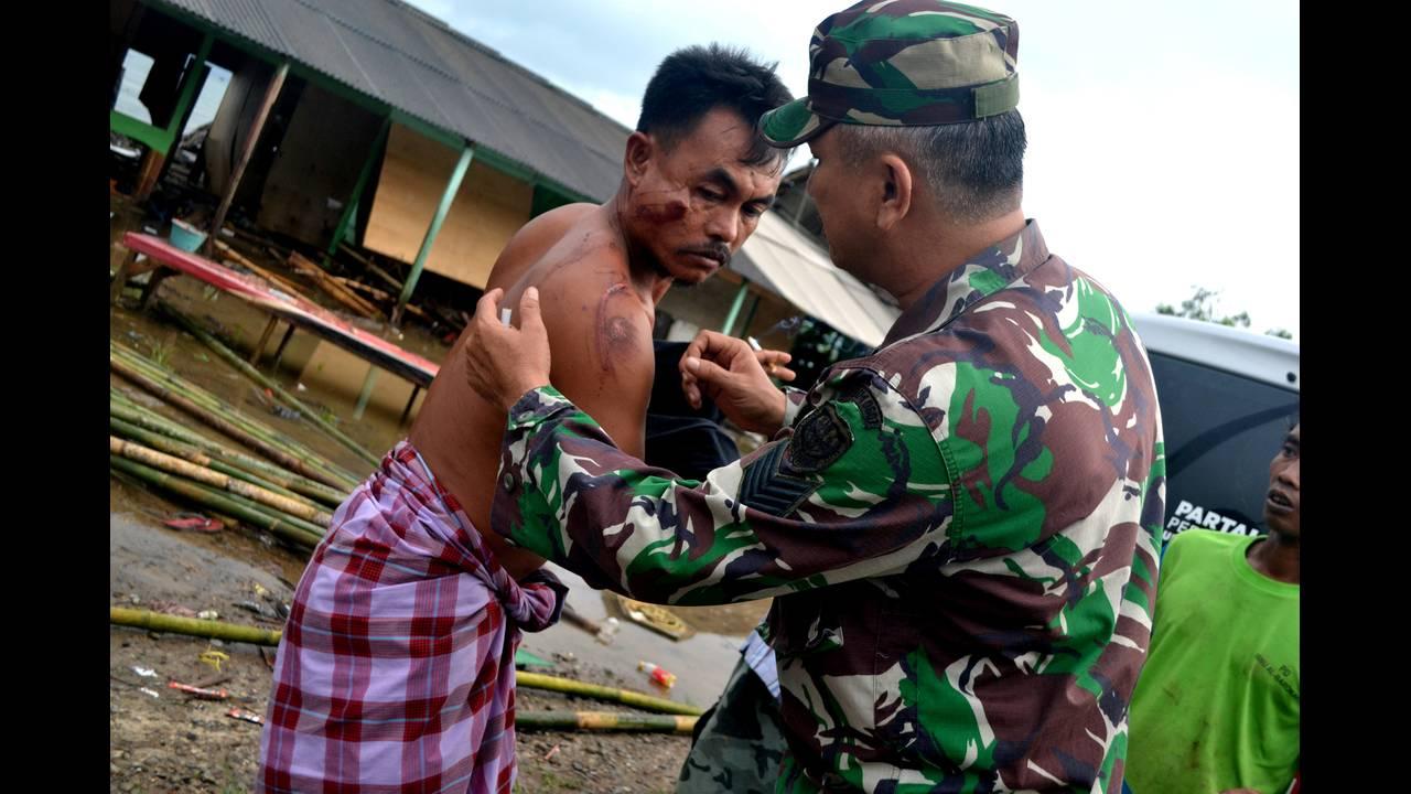 https://cdn.cnngreece.gr/media/news/2018/12/25/159527/photos/snapshot/2018-12-23T053226Z_1133821090_RC1DE1B93E90_RTRMADP_3_INDONESIA-TSUNAMI.JPG