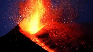 Η έκρηξη της Αίτνας τραβηγμένη από υψόμετρο 2.900μ.